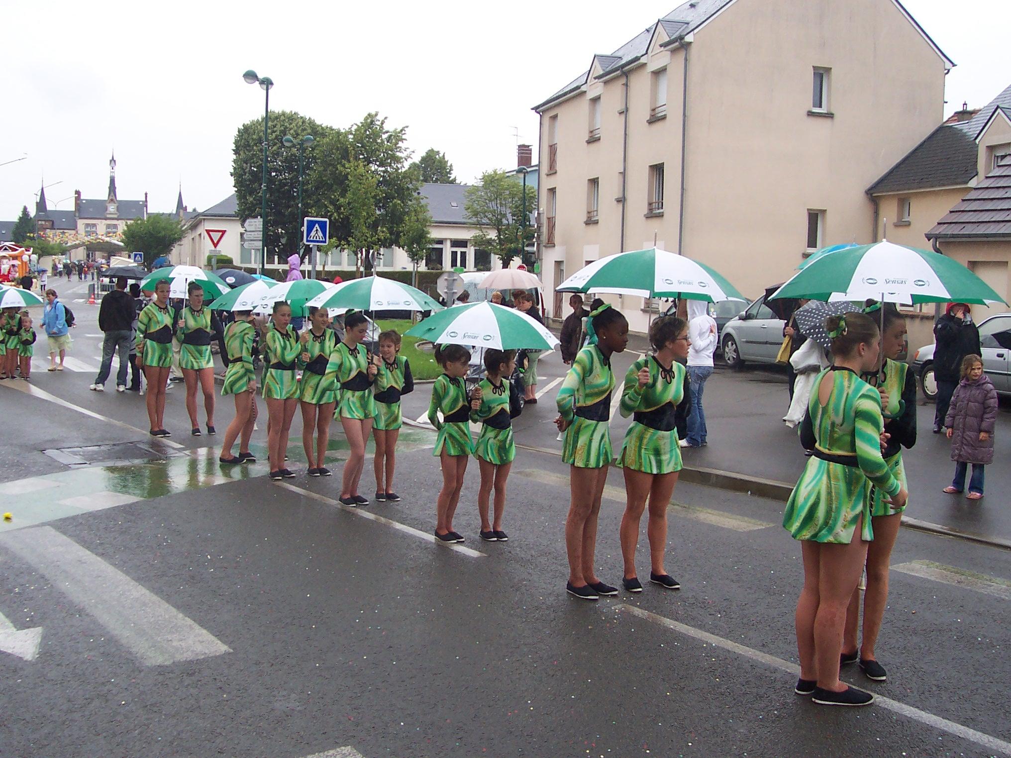 défile avec parapluie